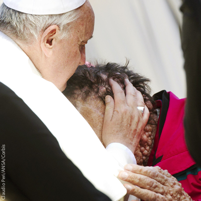 Pope Francis kisses disfigured man